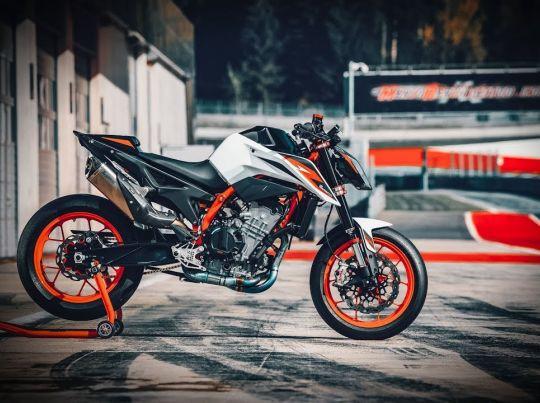 MOTORCYCLES KTM STREET MY20 890DUKER MODEL_MY20_890DUKER_ACTION2